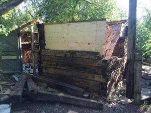 Разборка стен деревянного сарая