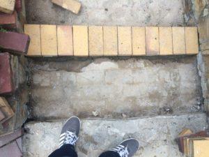 Ступени лестницы после начала ремонтных работ