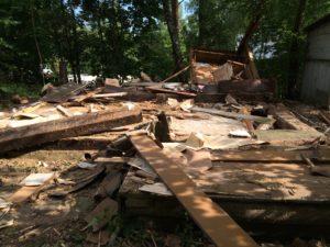 Деревянный сарай после сноса стен и крыши