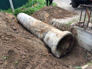 Монтаж безнапорной бетонной трубы автокраном